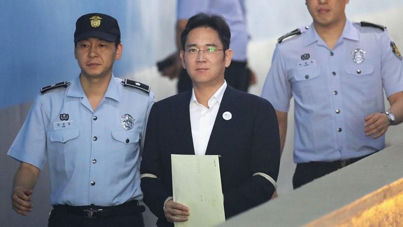 Herdeiro da Samsung libertado e pena reduzida para metade