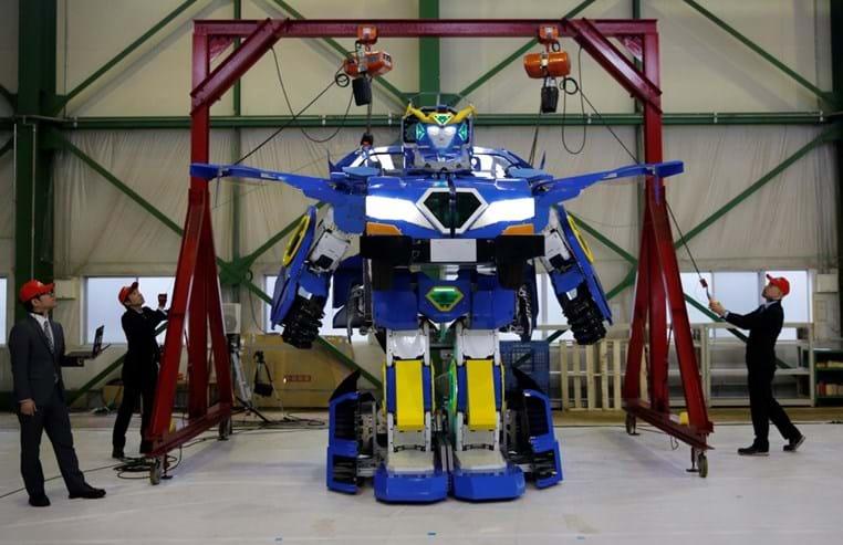 Robô humanóide que se transforma em carro é revelado no Japão